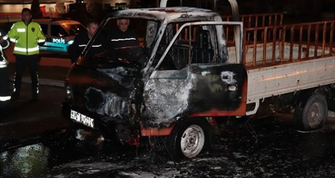Park halindeki bir kamyonet yandı