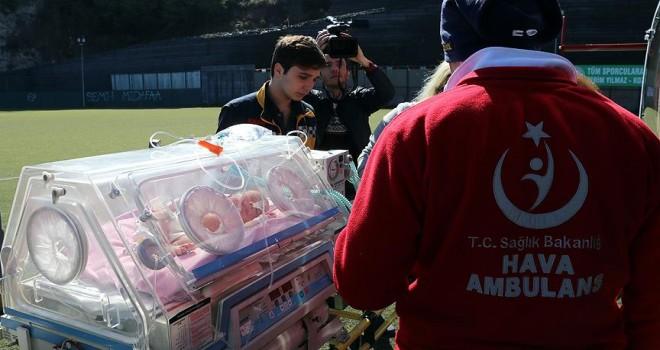 Ambulans helikopter Afgan bebek için havalandı
