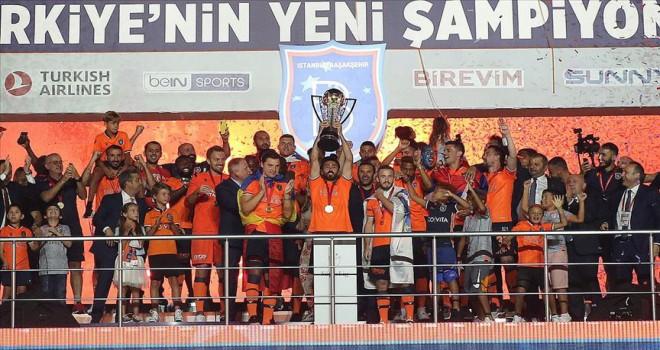 Başakşehir şampiyonluk kupasını kaldırdı