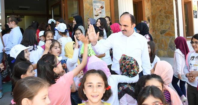 Altay, öğrencilerle buluştu