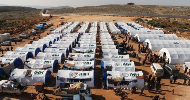 'Hama'dan göç eden 200 aile İdlib kırsalına kurulan çadır kampına yerleştirildi'