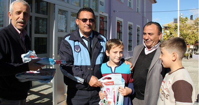 Başkan Koçer'den öğrencilere test kitabı