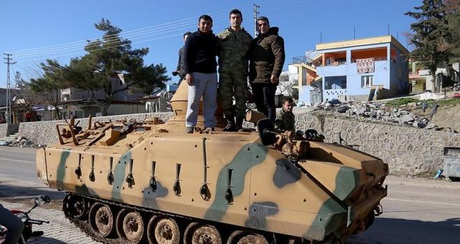 Gülbaba köyündeki vatandaşlardan askerlere sevinç gösterisi