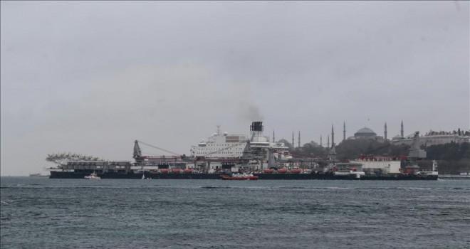 Dünyanın en büyük inşaat gemisi Boğazı'ndan geçti