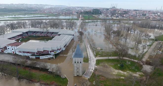 Er meydanı sular altında