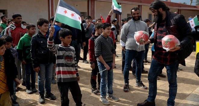Sanatçılar Çobanbey'de Suriyeli çocuklara oyuncak dağıttı