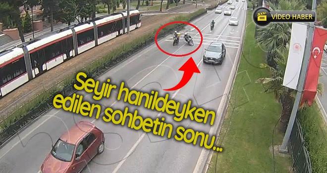 Trafikte sohbet ve kaza anı kamerada