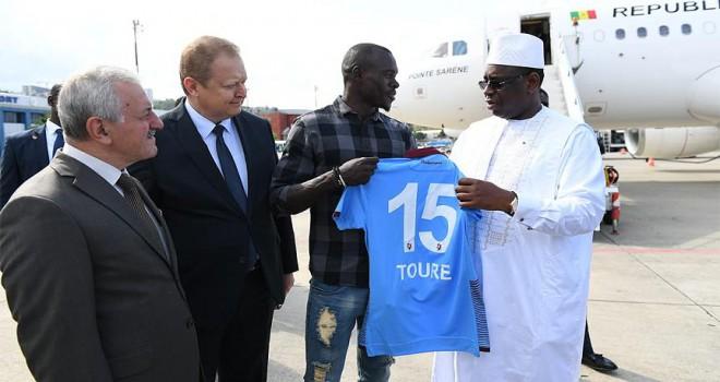 Trabzonsporlu Toure'den Senegal Cumhurbaşkanına forma
