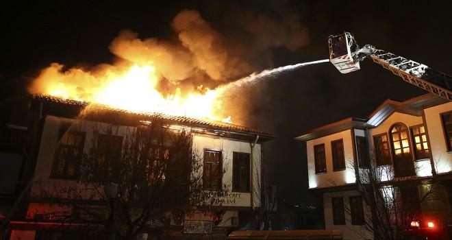Başkentte tarihi Hamamönü'nde yangın