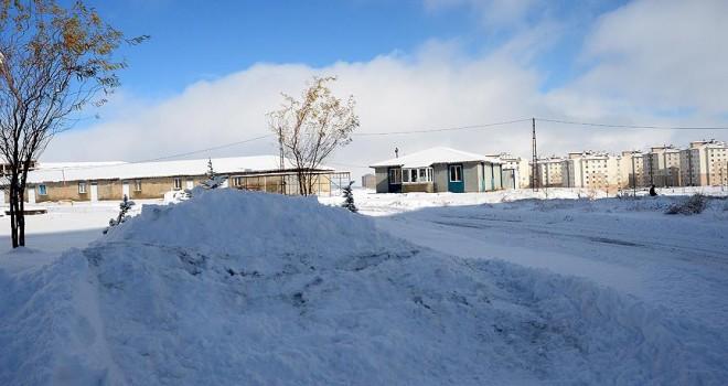 Doğu'da kar yolları kapattı