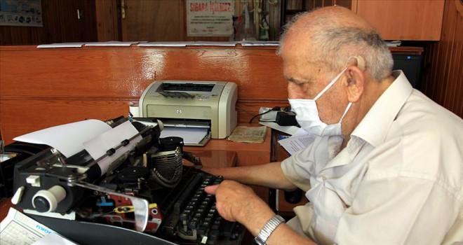 Tek parmağıyla 38 yıldır dilekçe yazıyor