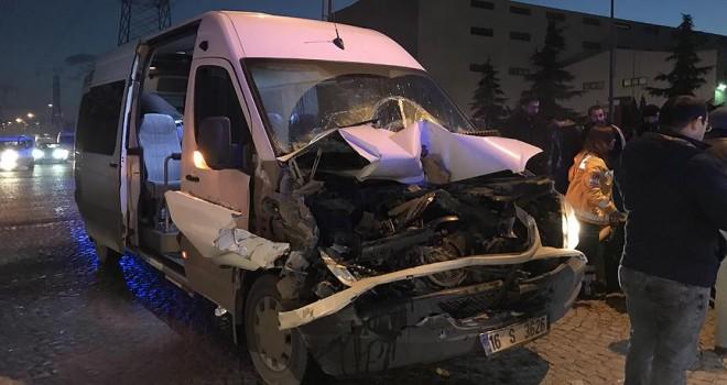 Bursa'da işçi servisi park halindeki kamyona çarptı: 12 yaralı