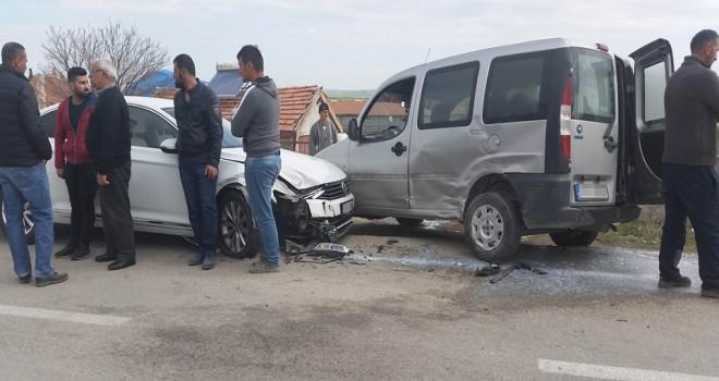 Otomobille hafif ticari araç çarpıştı: 3 yaralı