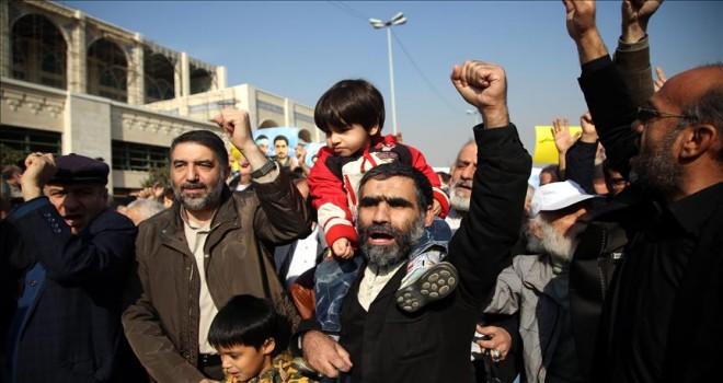 İran'da esnaf ekonomik krizi protesto için greve gitti