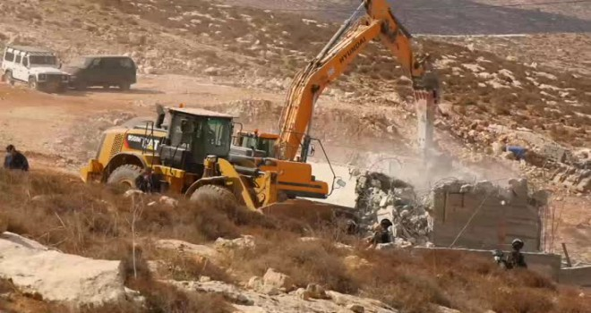 İsrail askerleri Filistinlilere ait yapıları yıktı