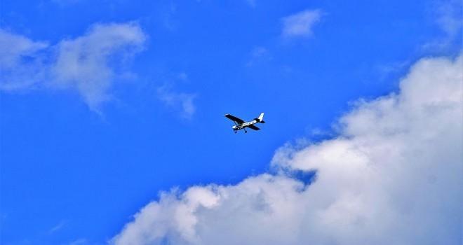 Kolombiya'da uçak yola indi