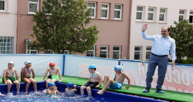 Çocuklar hem eğleniyor  hem yüzme öğreniyor